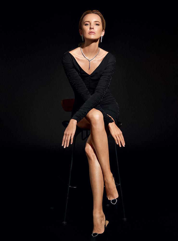Шелковое платье, Alexander Terekhov; туфли изполи- эстера, декорированные стразами, H&M; серьги иколье избелого золота сбриллиантами – все Serpenti, Bvlgari