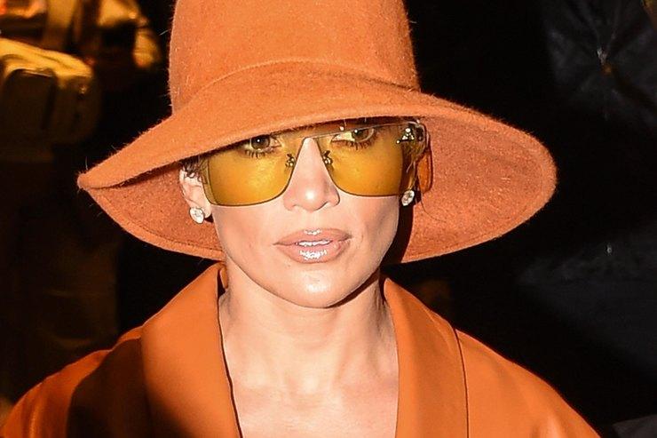 Дженнифер Лопес нашла модный способ прятать лицо отпапарацци
