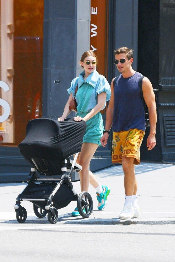 Джиджи Хадид на прогулке с дочерью и другом