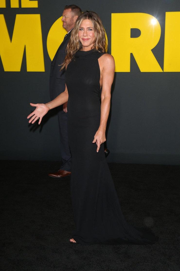 Дженнифер Энистон подчеркнула стройную фигуру черным платьем