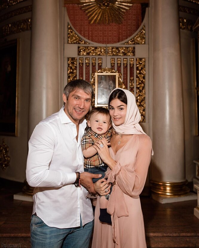 Александр Овечкин и Анастасия Шубская с сыном Сережей на крестинах