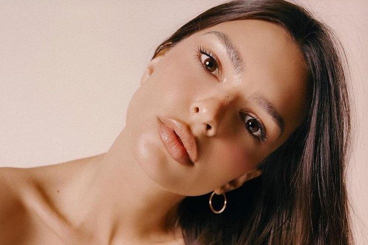 Эмили Ратаковски приняла откровенную позу накровати