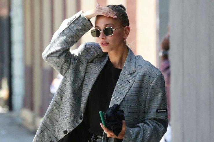 Хейли Болдуин вoversize пиджаке илатексных брюках сходила смужем вСПА-салон