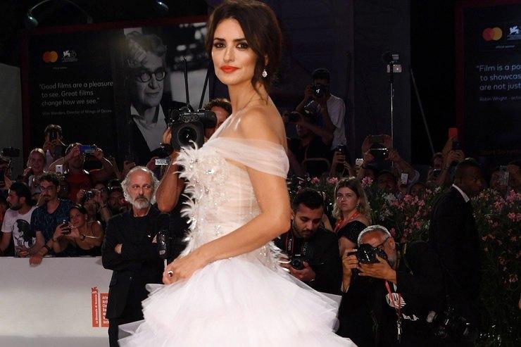 Пенелопа Крус вбелом шифоновом платье появилась наВенецианском фестивале