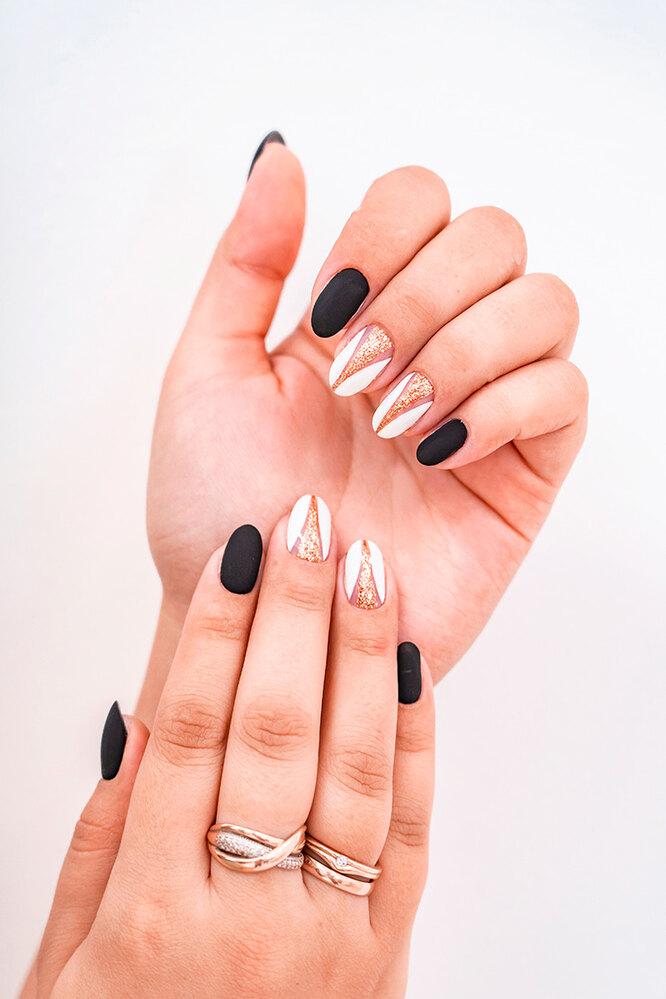 Матовые чёрные ногти в сочетании с дизайном - отличная идея для повседневного, но нарядного маникюра