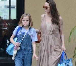 Анджелина Джоли в платье с разрезом на спине сходила на шопинг с дочерью