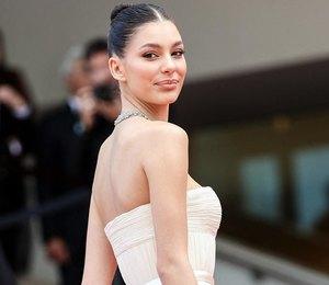 Камила Морроне в платье с перьями поддержала Леонардо ДиКаприо в Каннах