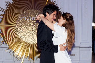 В белом танце кружимся: Даниил Радлов немог оторвать взгляд отВарвары Шмыковой навечере Clarins