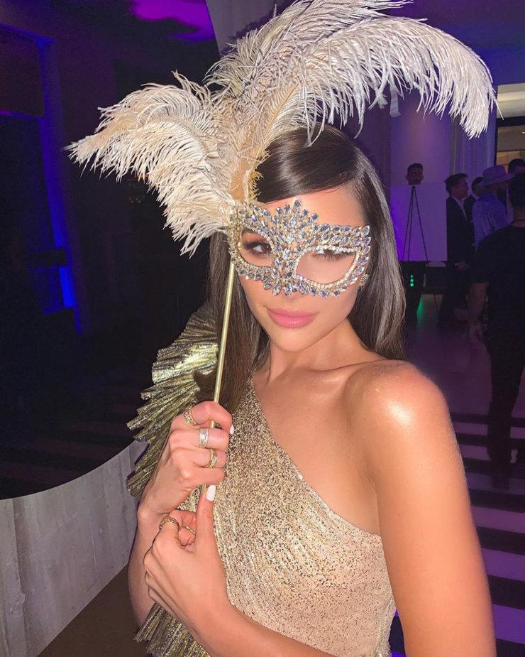 Оливия Калпо примеряет маскарадную маску