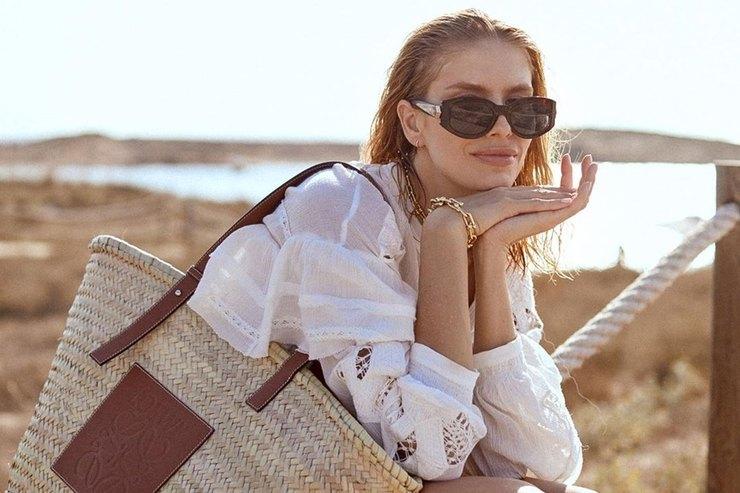 Елена Перминова показала, как сочетать оливковое бикини ибелоснежную блузу
