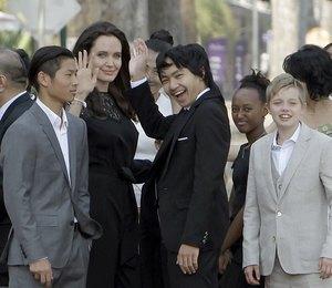 Анджелина Джоли накормила детей тарантулами и скорпионами