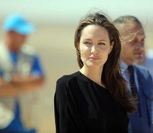 Леди в черном: Анджелина Джоли отправилась в военный магазин с младшим сыном