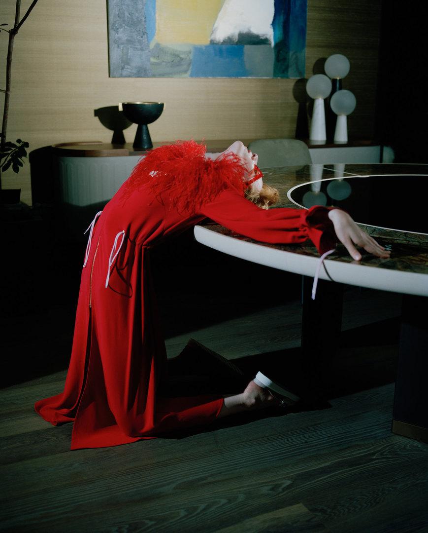 Платье Daria Bardeeva, сабо Inuikii.  Giorgetti, стол Gordon Minotti, стул Flavin Apparatus, декор Neo Lantern