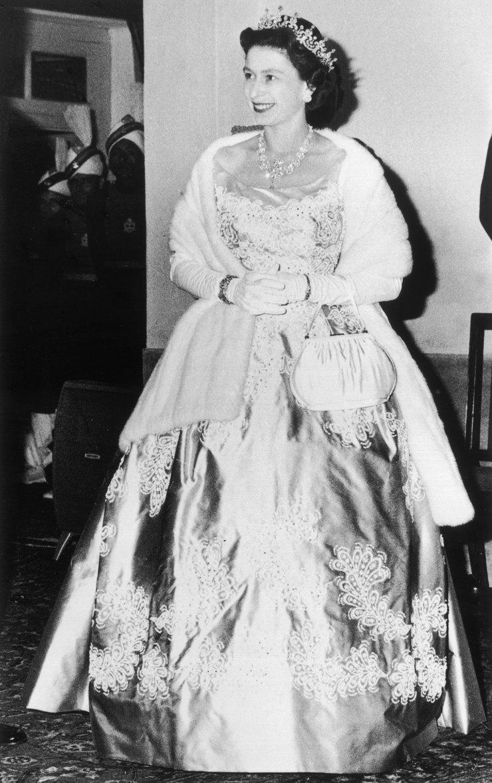 Елизавета II вмеховой накидке во время тура поПакистану, 1961 год
