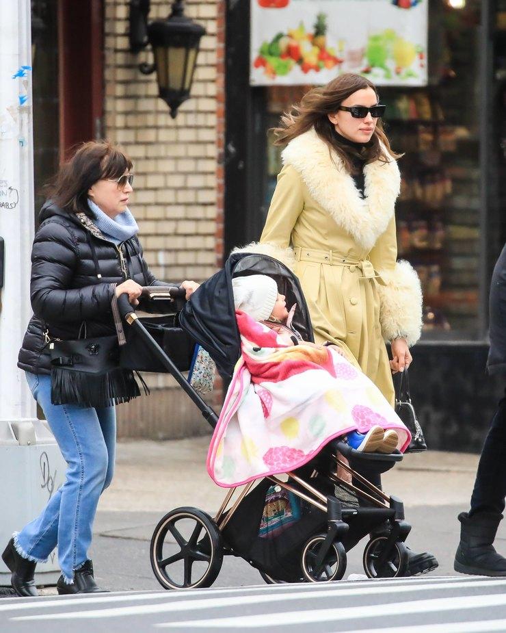 Ирина Шейк гуляет сматерью идочкой вНью-Йорке