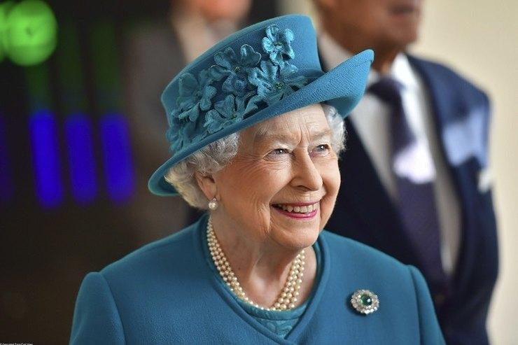 Верхом напони: Елизавета II неносит шлем, чтобы неиспортить укладку