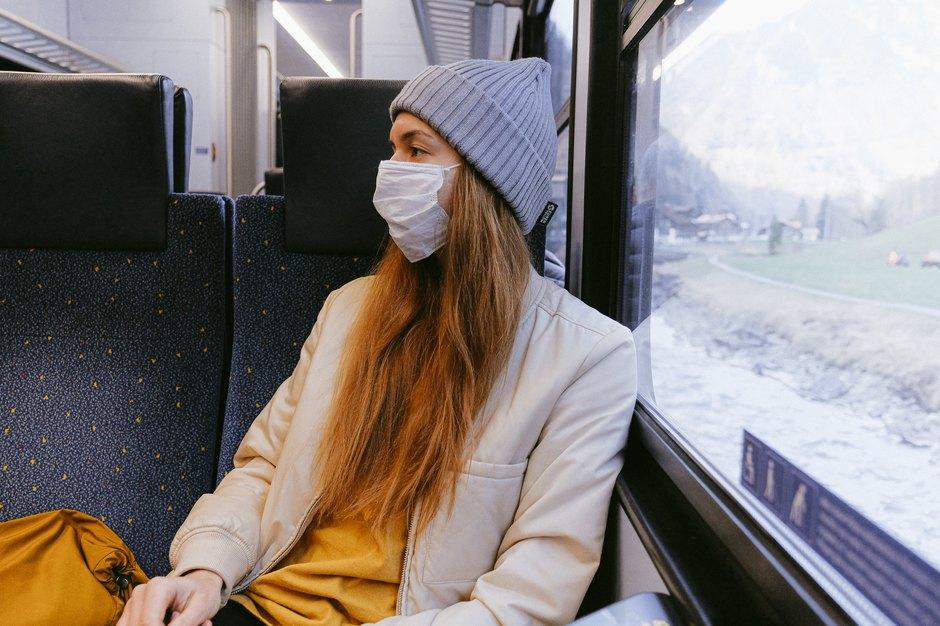Девушка вмедицинской маске