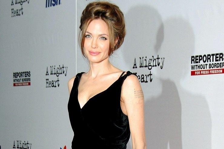 Анджелина Джоли отметила День матери вэлегантном полупрозрачном платье