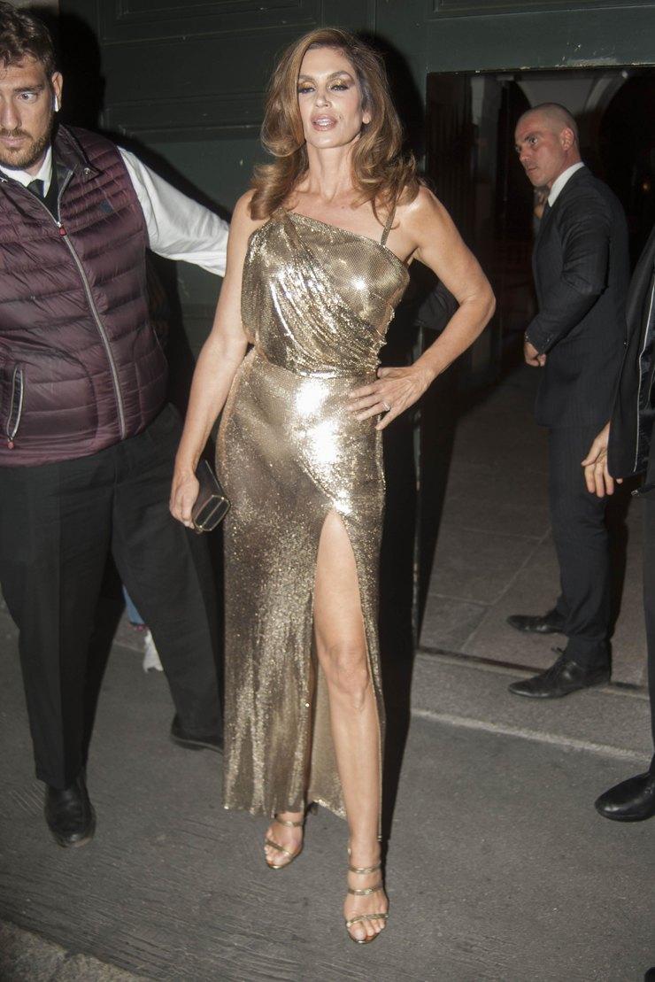 Синди Кроуфорд наафтепати показа Versace, 2017 год