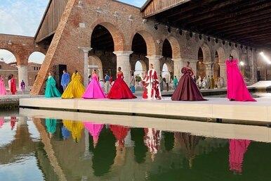 Буйство красок: перья, оборки исамые сочные оттенки вновой кутюрной коллекции Valentino