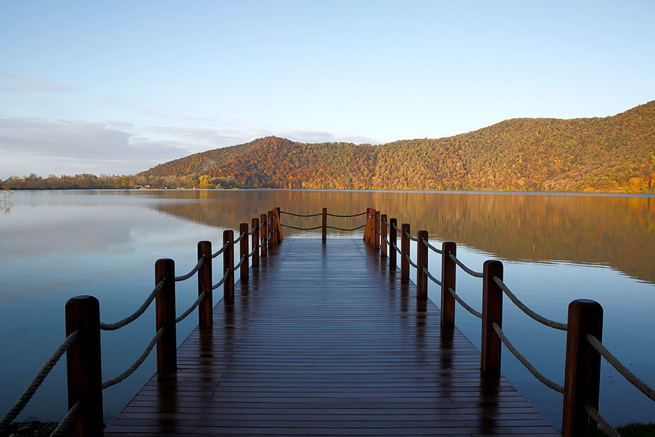 Chenot Palace расположился наберегу живописного озера Нохур