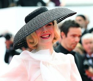 Эль Фаннинг внаряде Dior исоломенной шляпе погуляла вКаннах