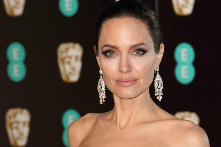 Обнаженная Анджелина Джоли снялась всоблазнительном видео дляGuerlain