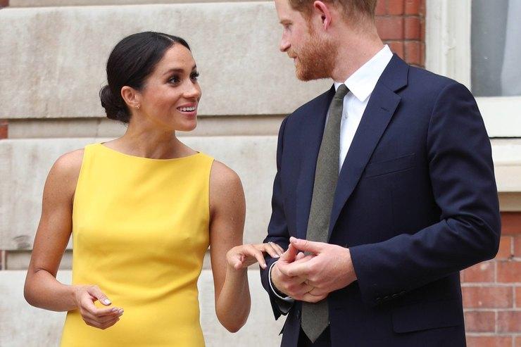 Нашла свой королевский стиль: Меган Маркл впотрясающем желтом платье-футляре