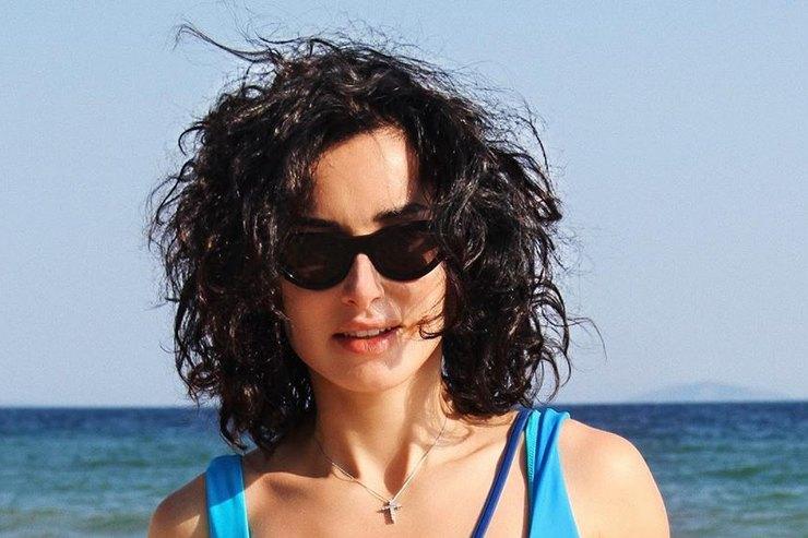 Тина Канделаки показала стройную фигуру внебесно-голубом купальнике