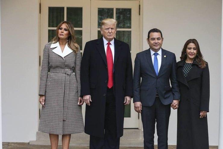 Стройнящее пальто ибархатные лодочки: Мелания Трамп наприеме вБелом доме