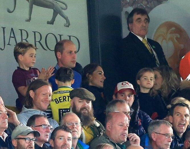 Семейство посмотрело футбольный матч вместе