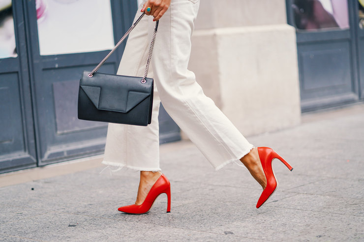30 пар обуви красного цвета наосень