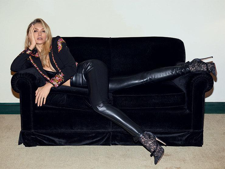 На Вере: кожаный бюстгальтер, Izeta; жакет изполиэстера ивискозы, ботильоны изкожи,  полиэстера иполиамида – все Giambattista Valli x H&M; брюки – собственность героини