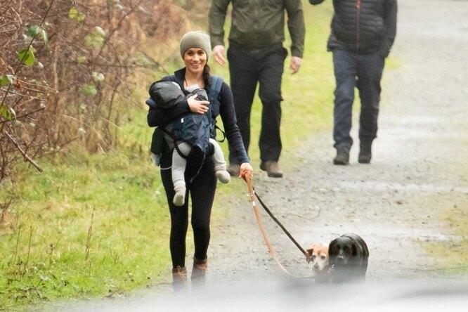 Меган Маркл на прогулке с сыном и собаками