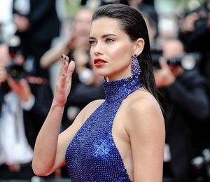 Адриана Лима в блестящем платье в пол с открытой спиной появилась в Каннах