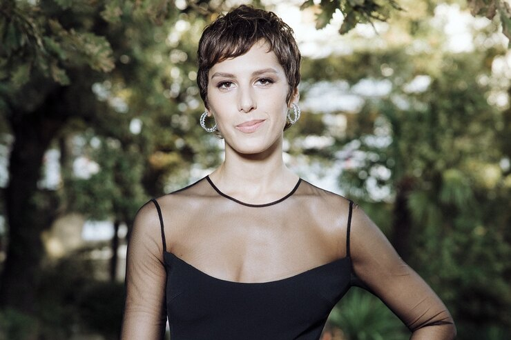 Ирина Горбачева вышла накрасную дорожку вплатье спрозрачными вставками иумопомрачительным разрезом