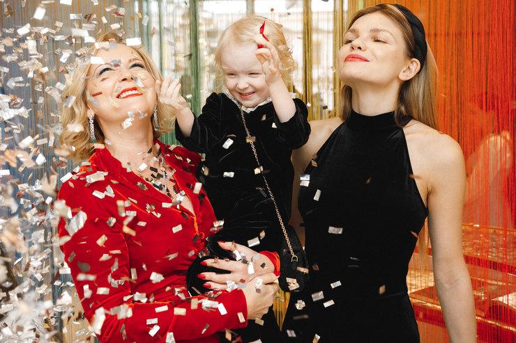Гости детской новогодней елки вбутике Cartier