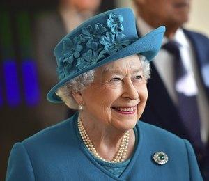 Верхом на пони: Елизавета II не носит шлем, чтобы не испортить укладку