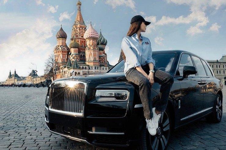 Анастасия Решетова позировала на«Роллс-Ройсе» рядом сКремлем