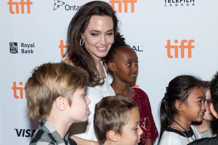 Война продолжатся: Анджелина Джоли избегает встреч Брэда Питта сдетьми