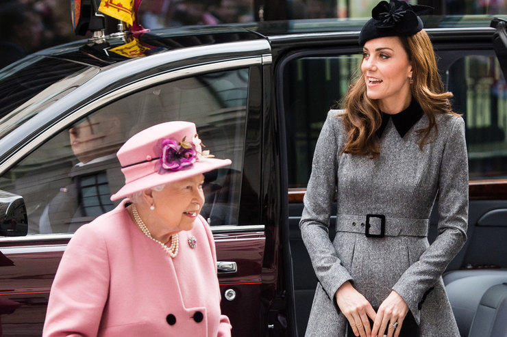 Кейт Миддлтон иЕлизавета II вышли всвет вдвоем спустя семь лет
