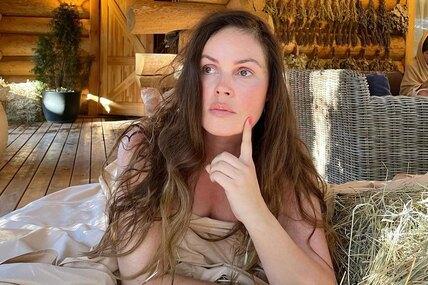 Знаменитая телеведущая Екатерина Андреева поражает великолепной гибкостью ибалетной растяжкой