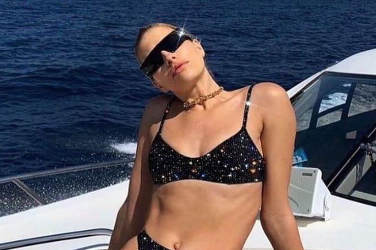 Елена Перминова в«космическом» бикини ичерных очках прокатилась наяхте