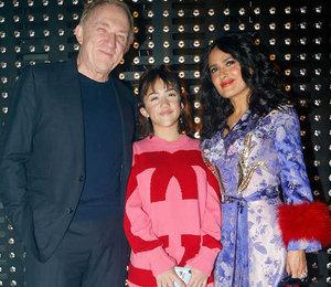 Сальма Хайек в платье с красным мехом пришла на показ с мужем и дочерью