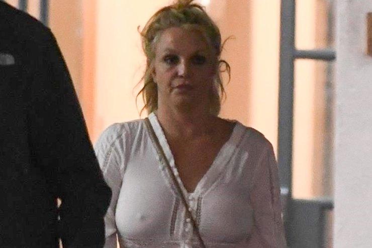 Бритни Спирс носит шлепки сносками иодежду непо размеру
