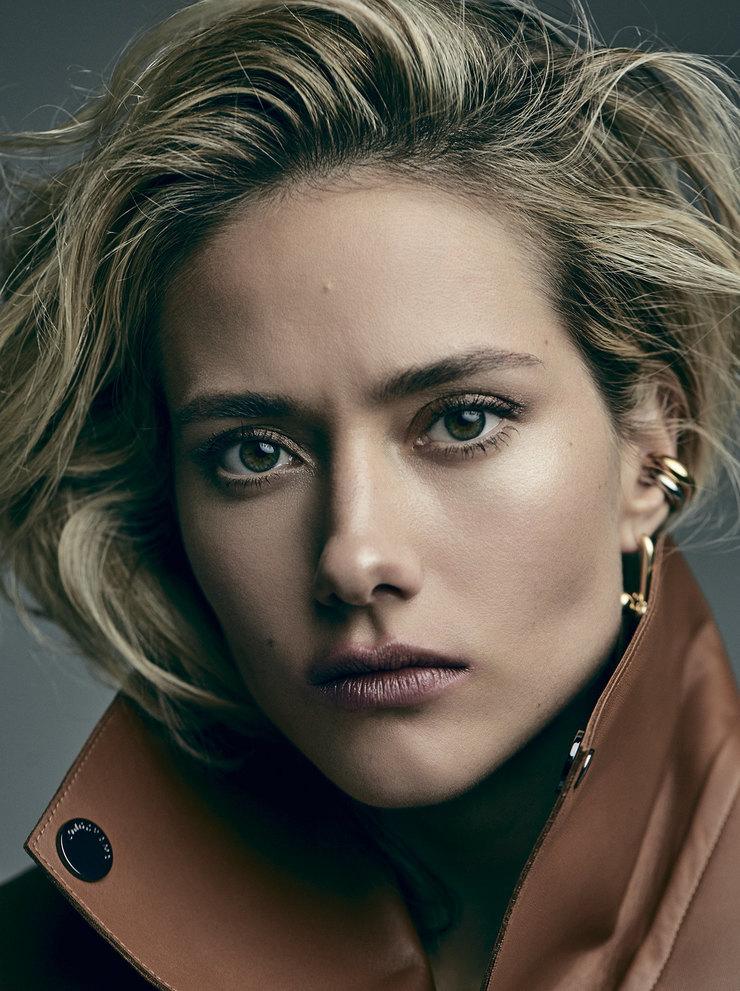 На Юле: кожаный жилет, Longchamp; серьги иколье изжелтого золота – все Tiffany Hardwear, Tiffany & Co.
