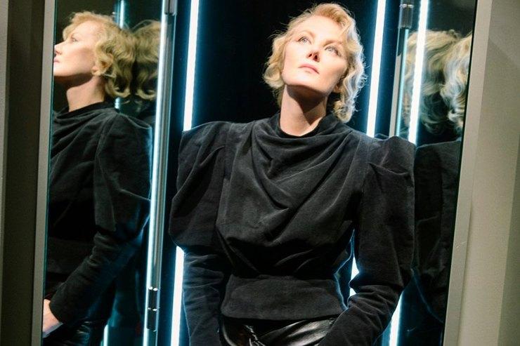 Королева драмы: Рената Литвинова вплатье изчерного кружева вышла наподиум