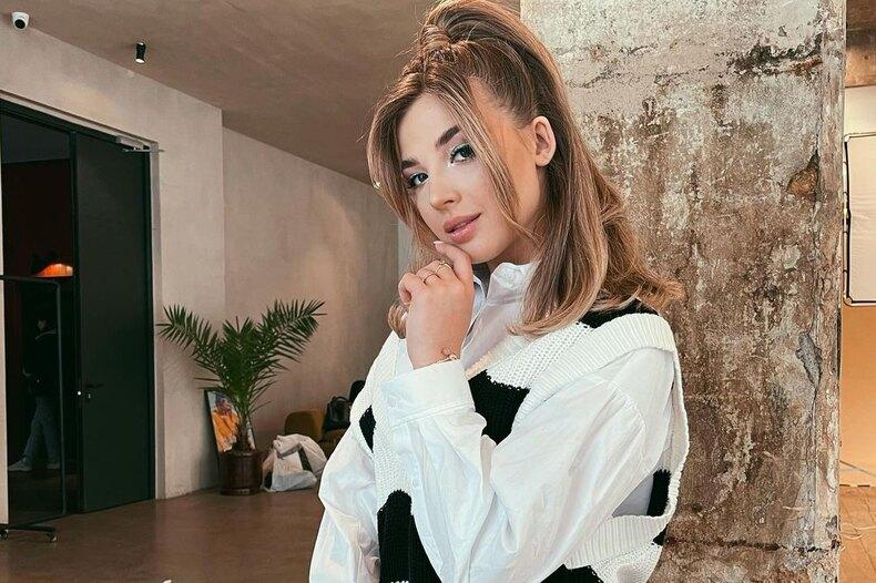 «У каждой девочки есть тот самый бывший»: Аня Pokrov окрасивых расставаниях, откровенных нарядах, женской сексуальности идерзком новом треке