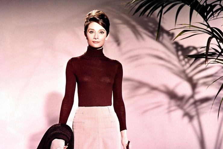 Белый свитер, тренч икостюм: как одевалась осенью Одри Хепберн