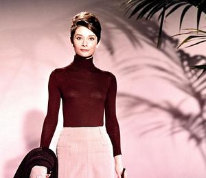Белый свитер, тренч и костюм: как одевалась осенью Одри Хепберн